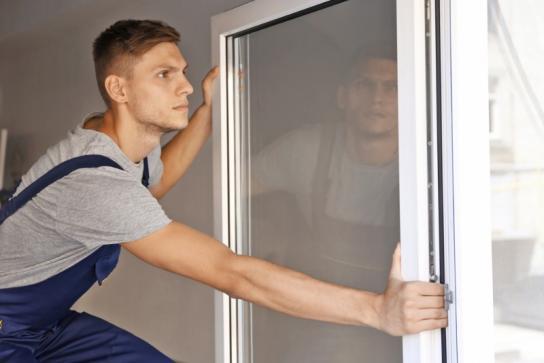 Personne installant une fenêtre double vitrage